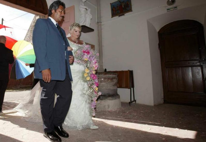 Laurence en robe blanche le jour de son mariage en 2004