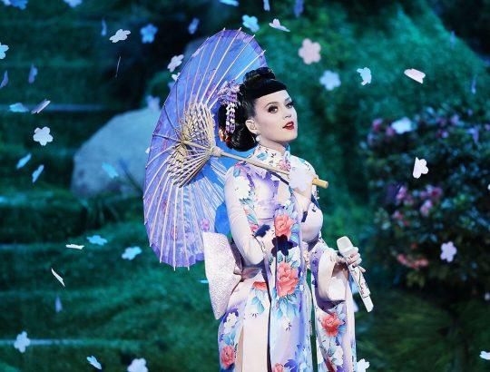 Katy Perry habillée avec les vêtements de la culture traditionnelle japonaise